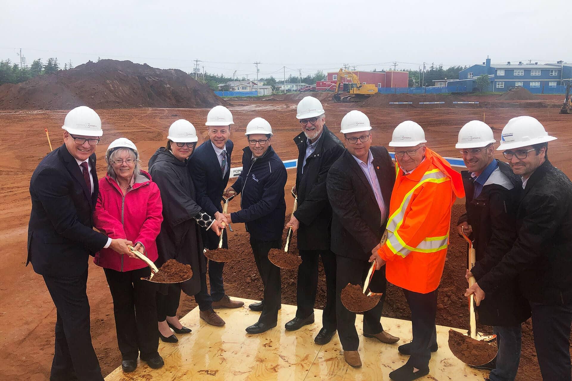Photo de la pelletée de terre pour le projet Résidence des Îles